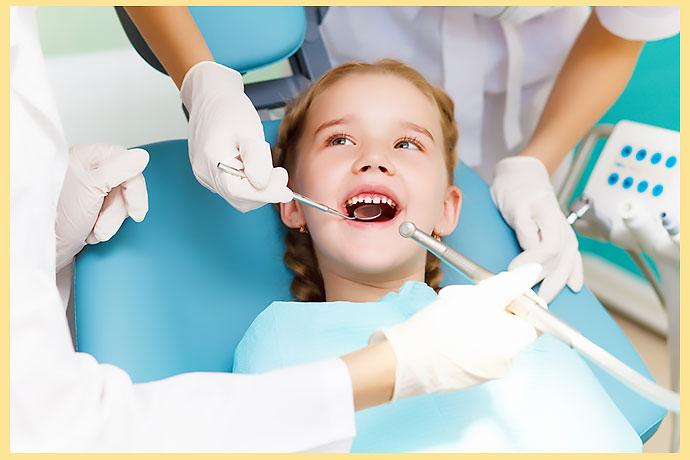 Ребенок в стоматологии на лечении