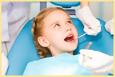 Ребенку лечат зубы в стоматологии
