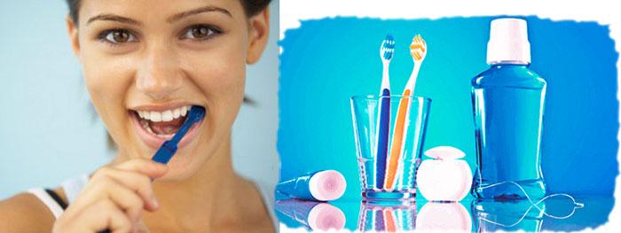 Женщина чистит зубы и средства для гигиены за полостью рта