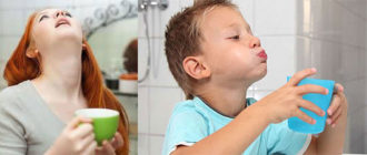 Женщина и ребенко полощат рот